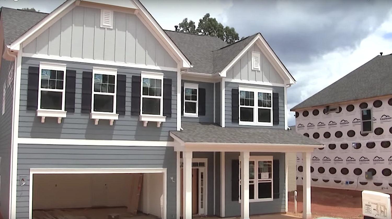 Maison construite avec des panneaux SIP (façade - bardage métallique)