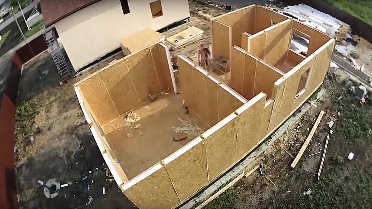 Erection du premier étage d'une maison à panneaux CIP