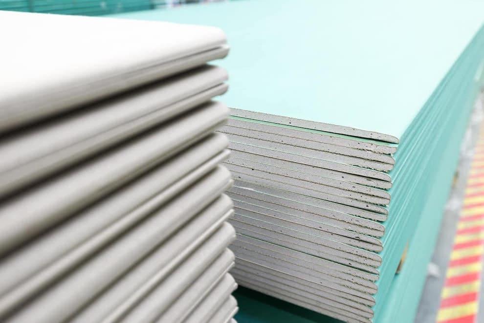 Les plaques de plâtre doivent être stockées dans un local sec et fermé.