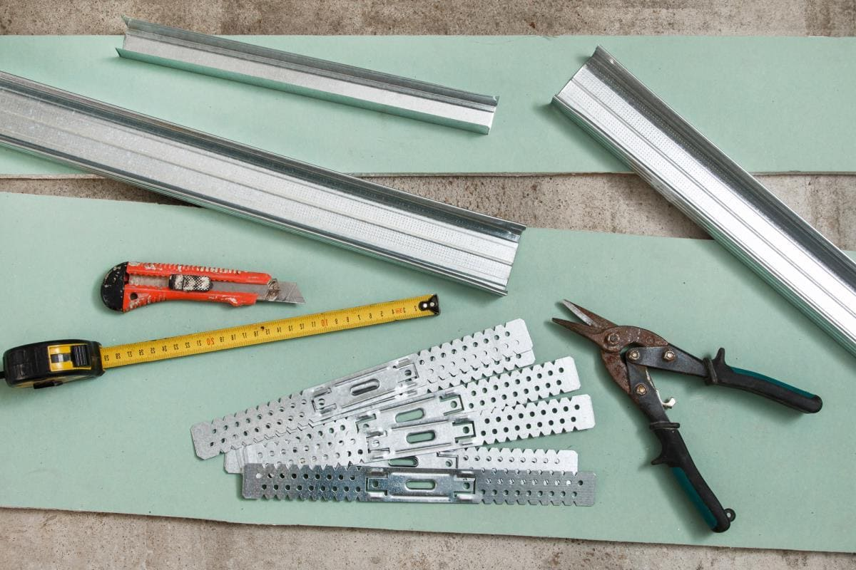 Pour couper le profilé, utilisez des ciseaux métalliques, si vous devez couper la plaque de plâtre, utilisez un couteau de papeterie.