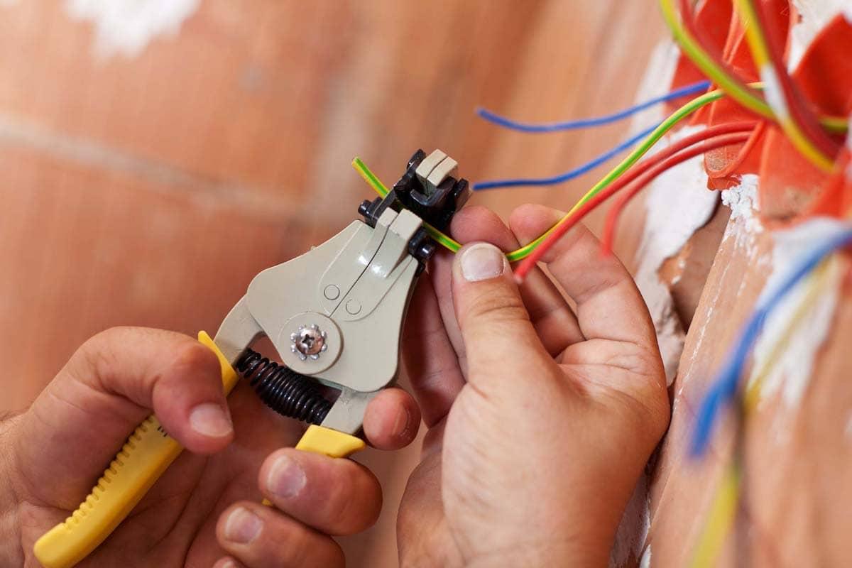 Согласно международным стандартам каждый провод, подключаемый к розетке, должен иметь определенный цвет. Ноль – провод синего цвета, фаза – красный или коричневый
