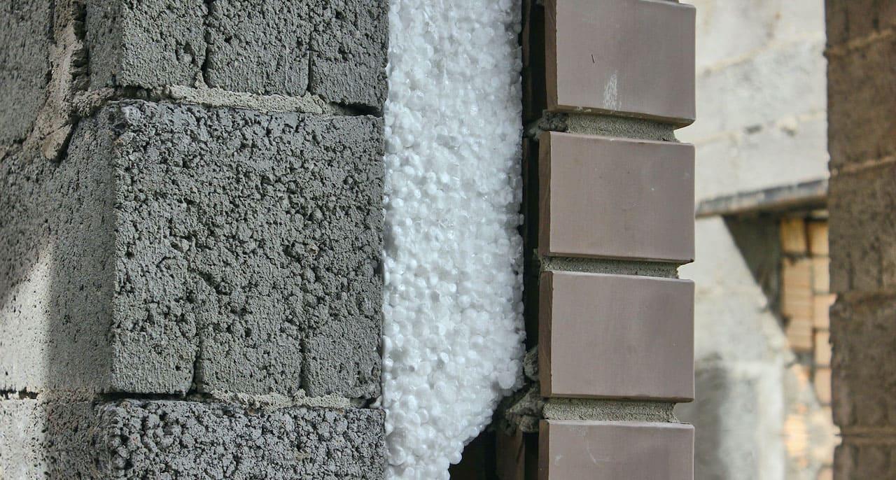 Утепление воздушной прослойки стен используя пенопласт