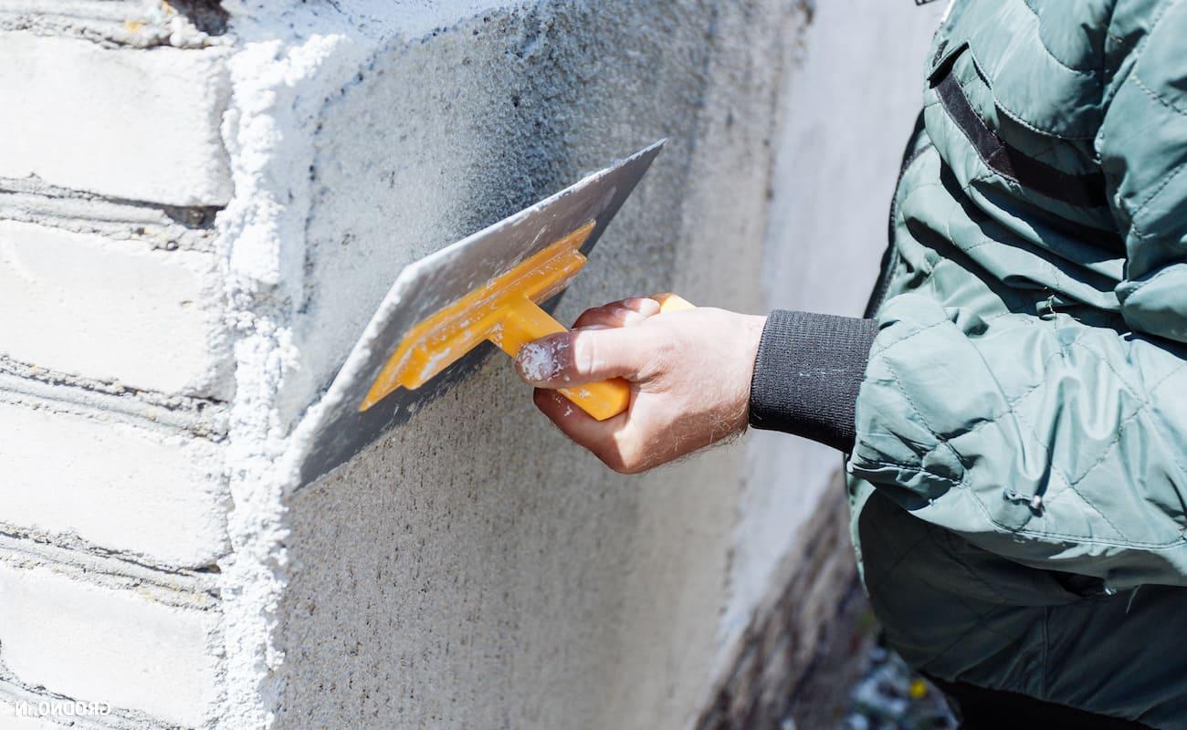 Нанесение теплой штукатурки на кирпичную стену