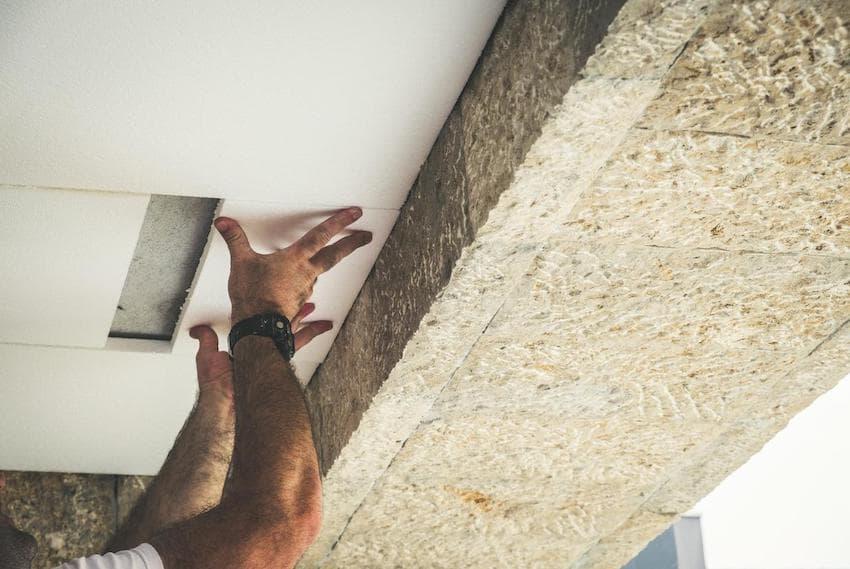 При утеплении дома, с одинаковым успехом можно применять оба утеплителя – минеральную вату и пенопласт