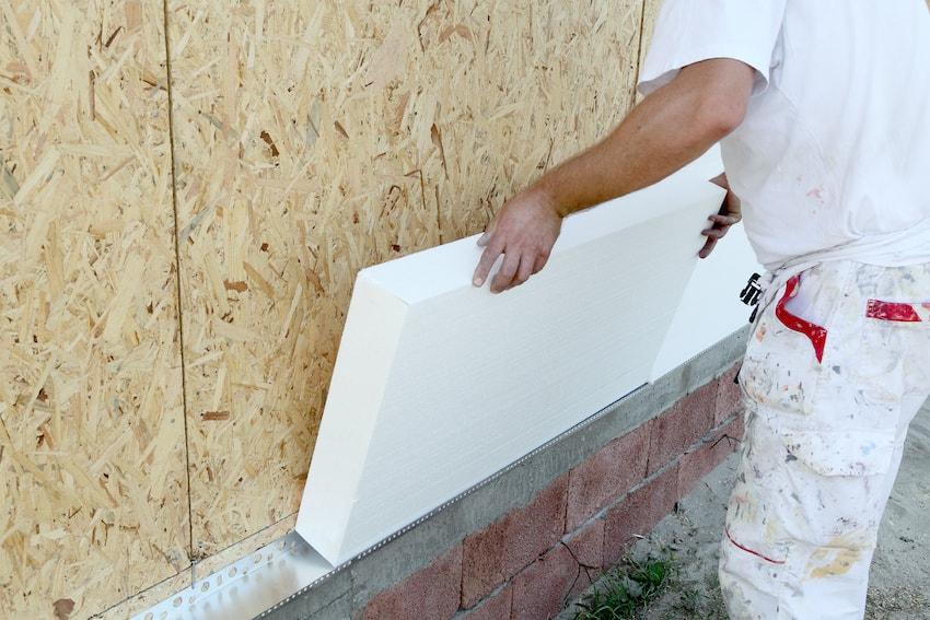 Пенопласт подходит как для внутреннего, так и внешнего утепления стен в доме