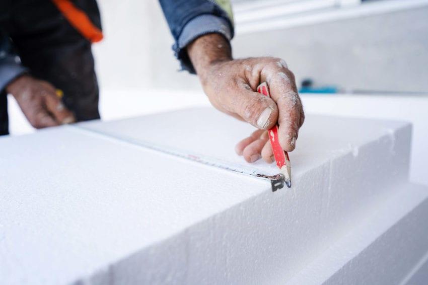 Работать с пенопластом, как и с минеральной ватой – быстро, просто и удобно