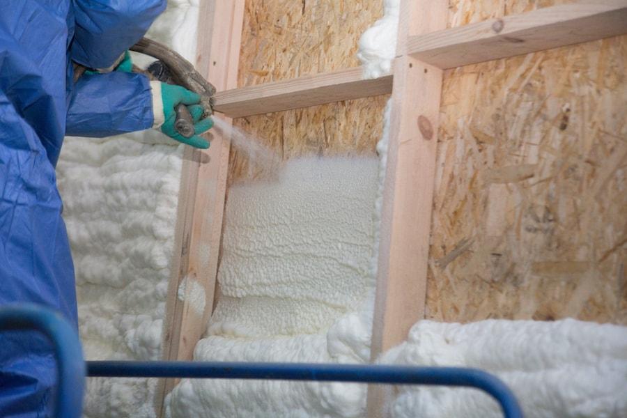 La mousse de polyuréthane liquide est appliquée sur les murs par pulvérisation.