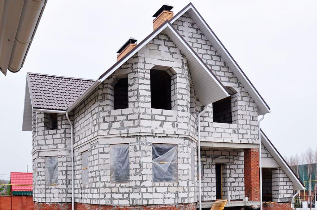 дом из пеноблоков с красивой крышей
