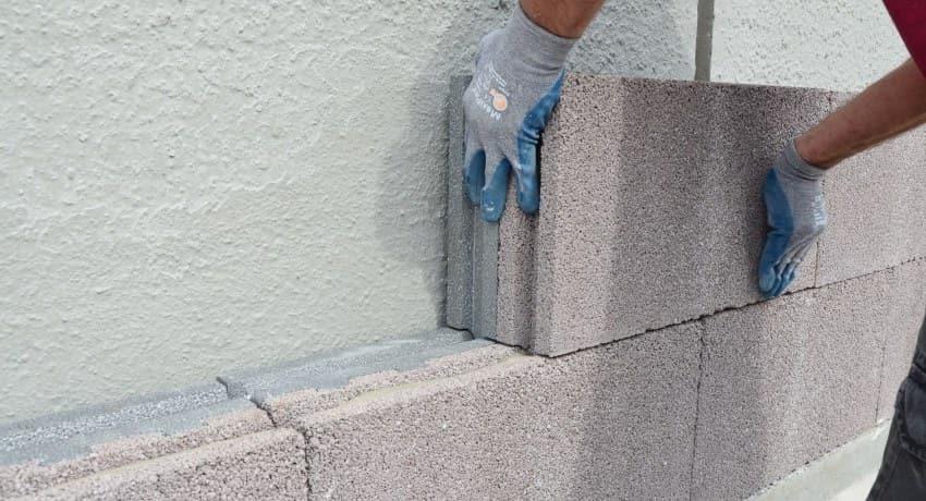 Затраты на строительство дома из пеноблоков значительно ниже чем из кирпича или дерева