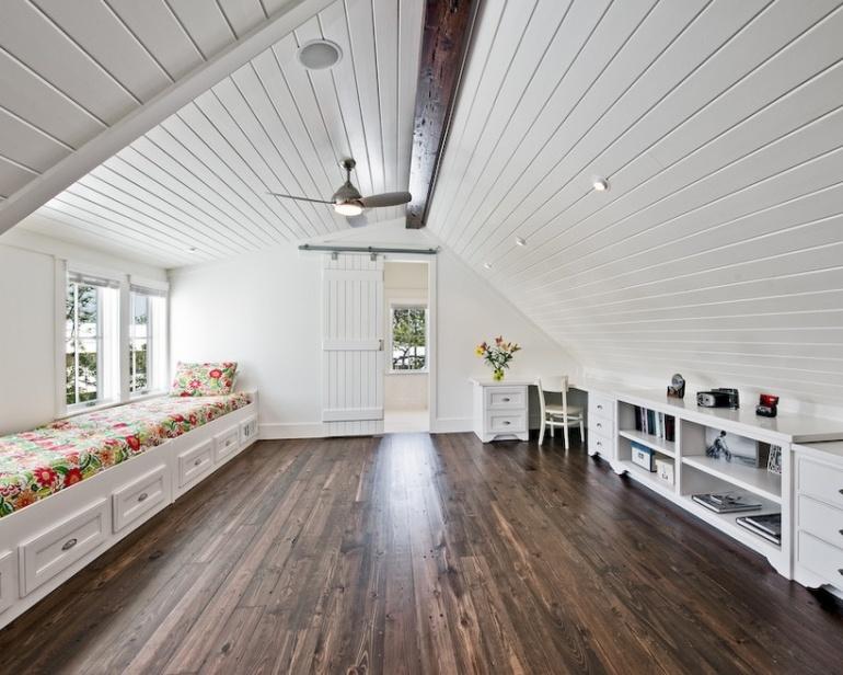Доска выкрашенная в белый цвет великолепно подходит для мансардного помещения