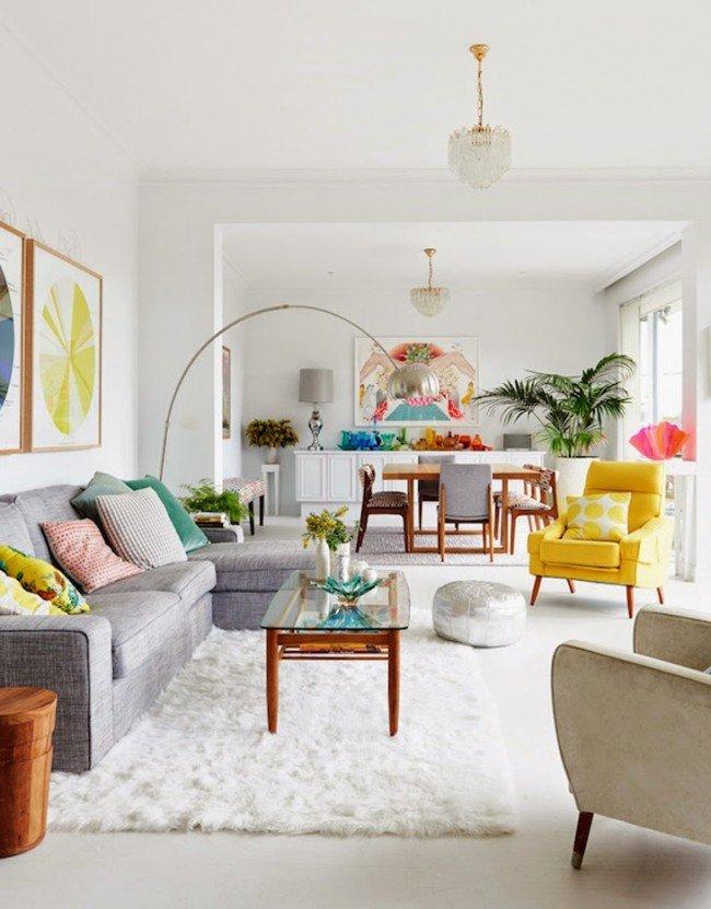 Белый цвет стен при наличии ярких цветов в гостиной