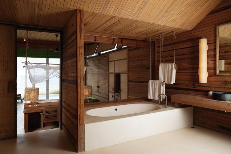 Удачно обыграв в ванной вагонку со стенами, вы получите необычный и стильный дизайн интерьера