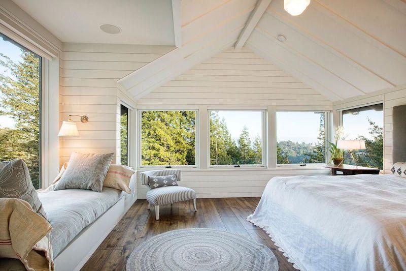 Белоснежная спальня с широкими просторными окнами смотрится просто великолепно