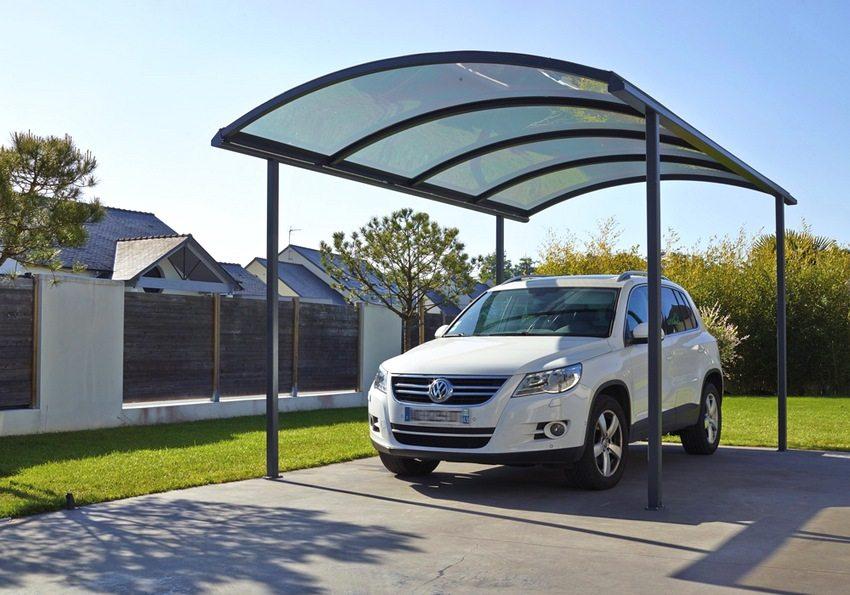 Классический навес для машины. Каркас изготовлен из металла, крыша накрыта поликарбонатом
