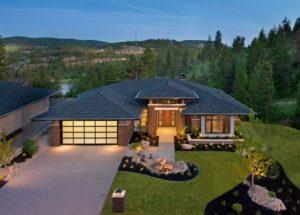 Красивые дом возле леса