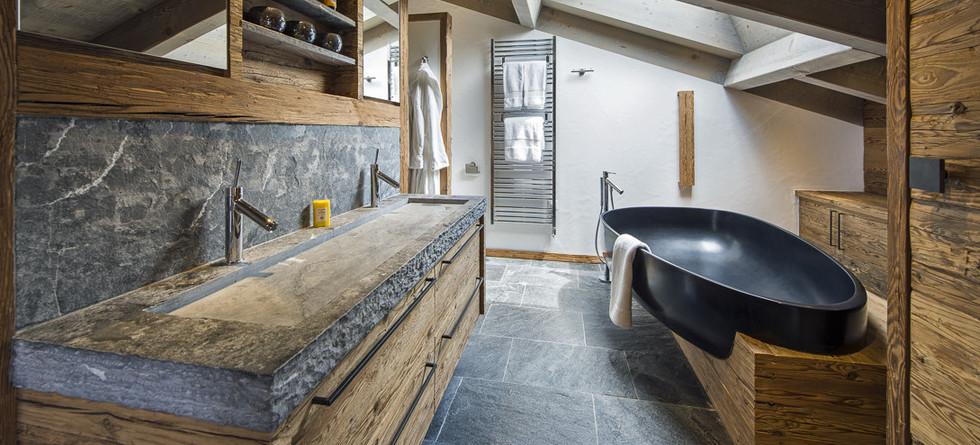 Ванная комната с использованием натурального камня и дерева