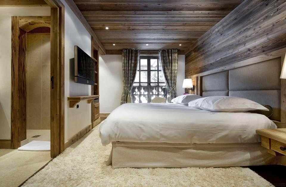Спальня декорированная деревянными панелями