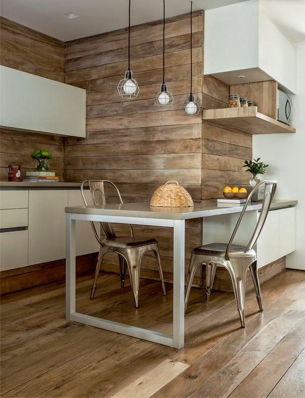 Деревянные панели имитирующие брус могут послужить отличным фоном для белой кухни