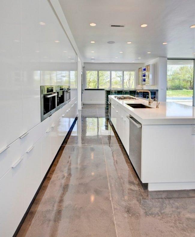 Красивый блестящий мраморный пол подчеркнет богатство кухни