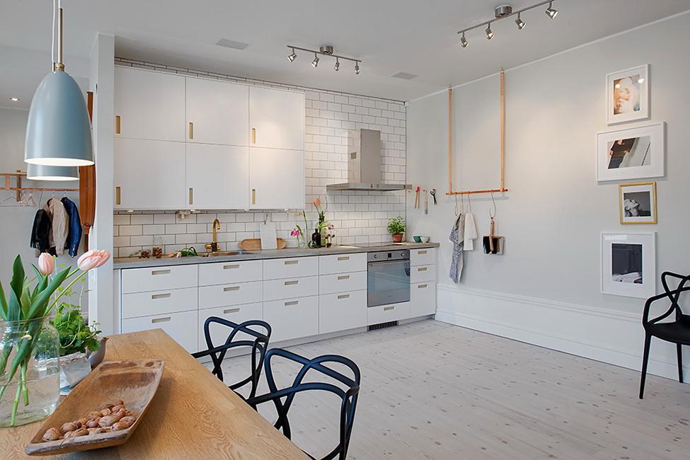 Просторная классическая белая кухня в мягких тонах