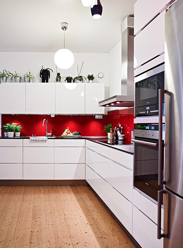 Сочетание красного и белого расширяет пространство и наполняет атмосферу свежестью