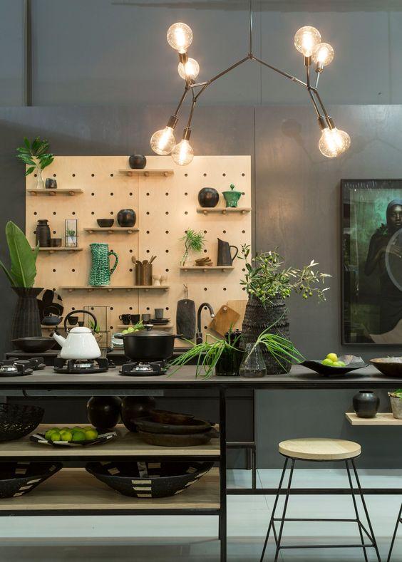 Деревянная панель на темном фоне стены кардинально преобразит стиль кухни