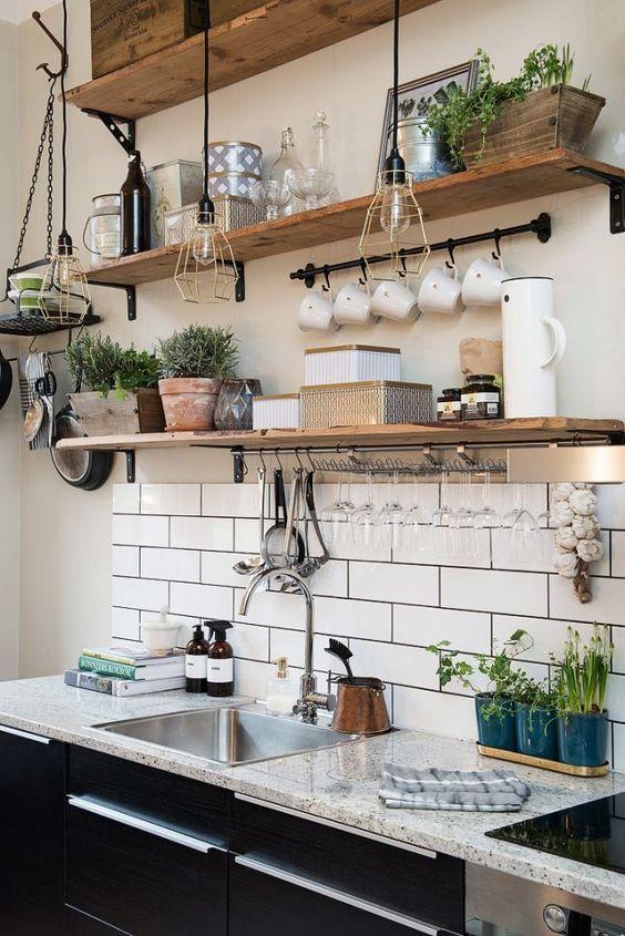 В последнее время открытые полки для кухни стали весьма популярны
