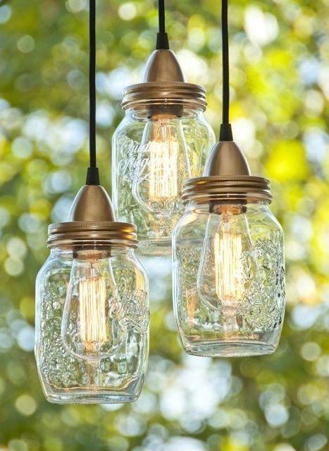 Используя обычную стеклянную банку, провод с плафоном и лампочку можно создать оригинальную люстру