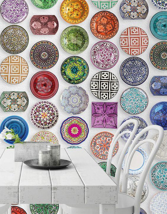 Белая стена является отличным фоном для яркого декора