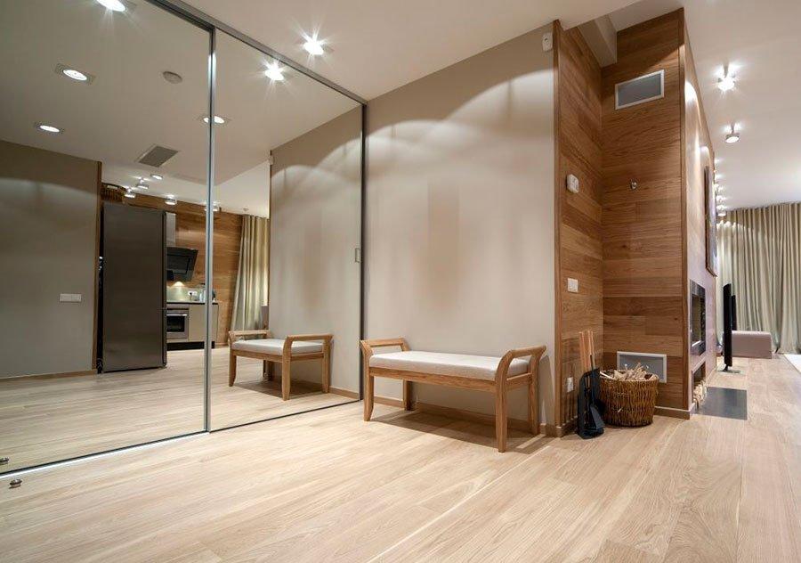 Большой шкаф купе украшает дизайн двухкомнатной квартиры