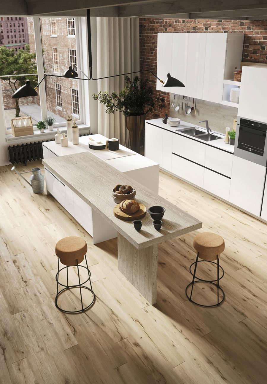 Паркетная доска и кирпичная стена в интерьере кухни
