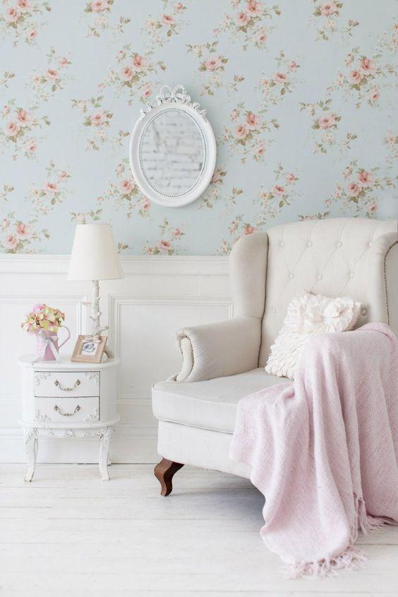 Выкрашенная в белый цвет, деревянная винтажная тумбочка станет отличным дополнением к вашему любимому креслу