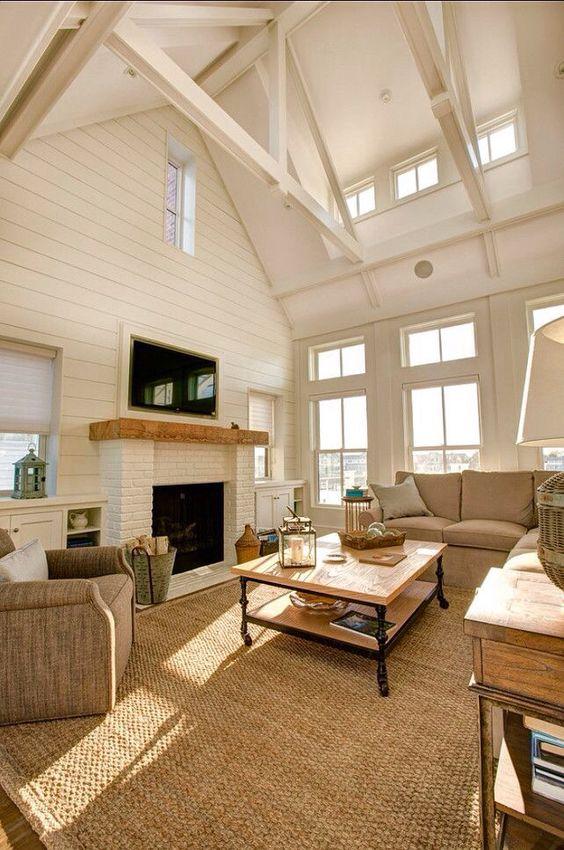 Высокие потолки и камин в гостиной - подчеркнут индивидуальный стиль дома