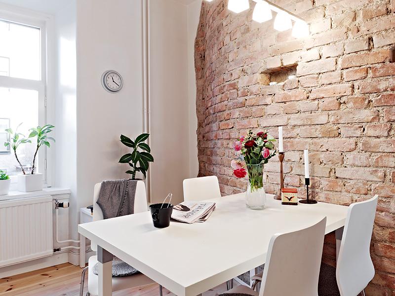 Великолепный дизайн стильной городской квартиры с использованием искусственно состаренного кирпича