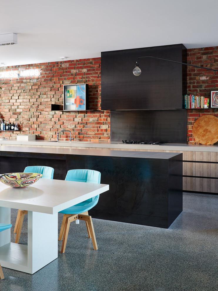 Полированная столешница, яркая мебель чудесно гармонирует с кирпичной стеной