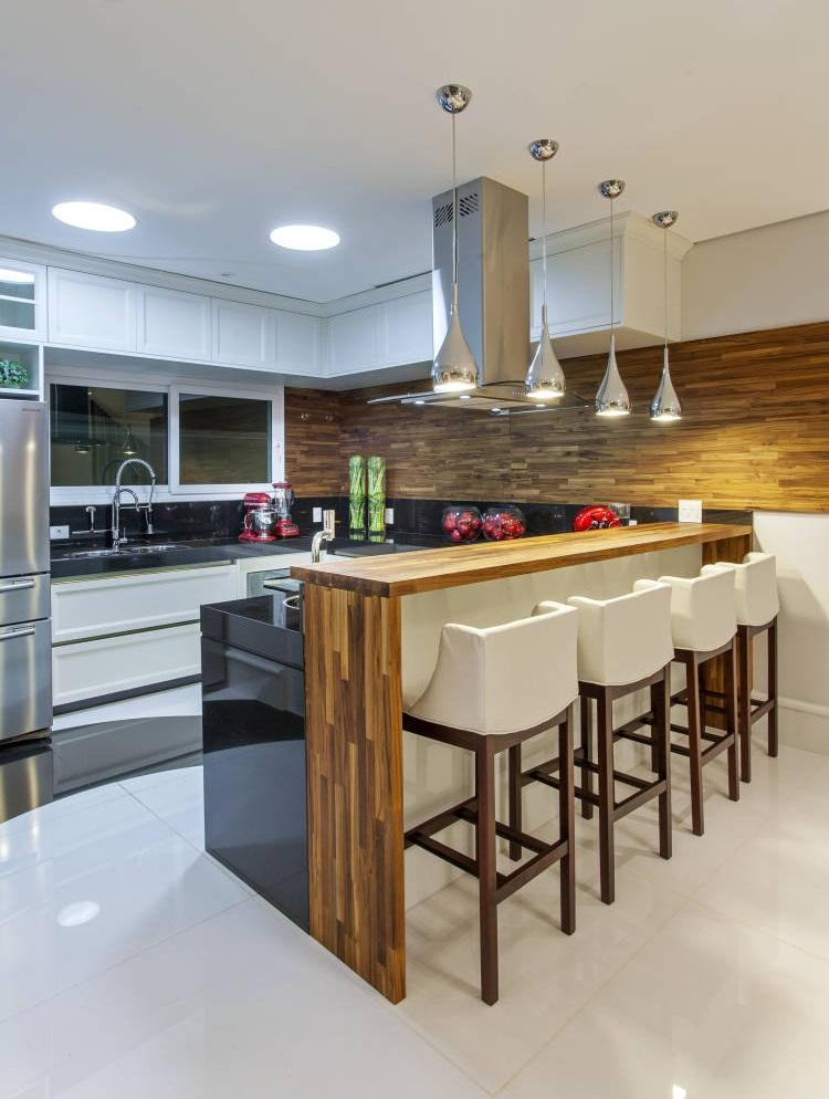 Стильные светильники великолепно вписывающее в общий интерьер кухни