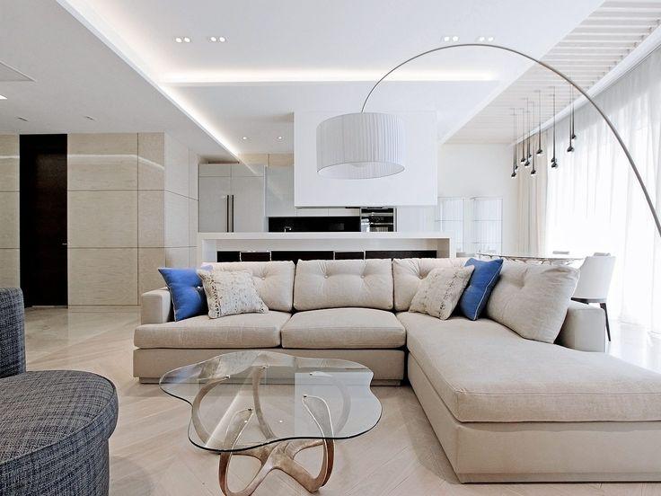 Просторный, светлый интерьер гостиной с белоснежным потолком