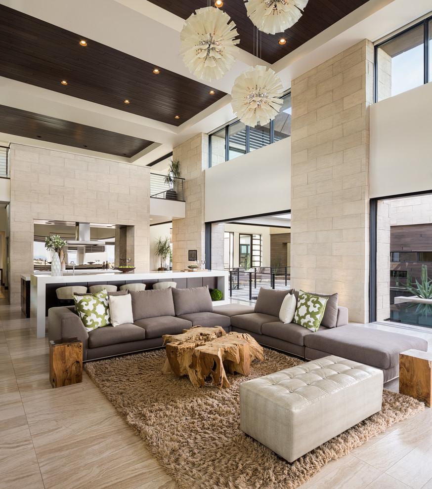 Современная гостиная с просторной зоной отдыха, в спокойных тонах и великолепным освещением