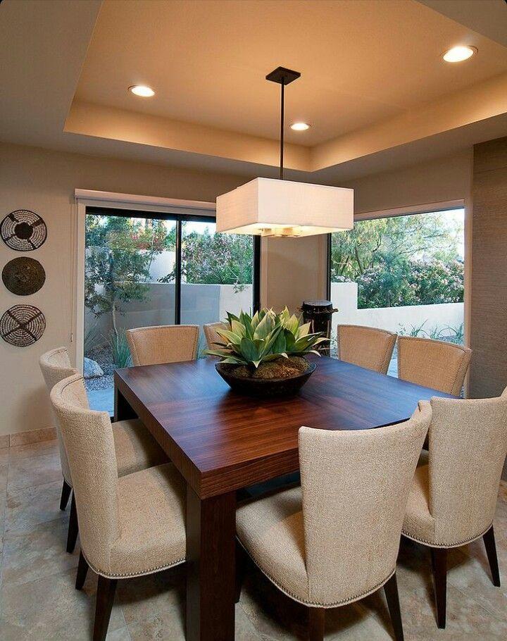 Дизайн потолка полностью соответствует уютной и теплой атмосфере интерьера кухни