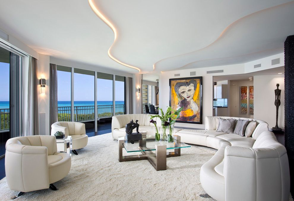Плавные линии подвесного потолок из гипсокартона с точностью повторяют контур мебели