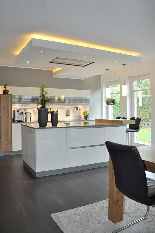 Подвесной потолок над рабочей зоной белоснежной кухни