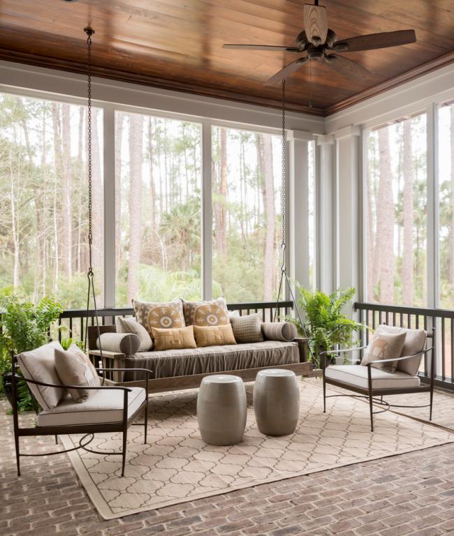 Подвесные качели и мягкие кресла создадут идеальные условия для отдыха