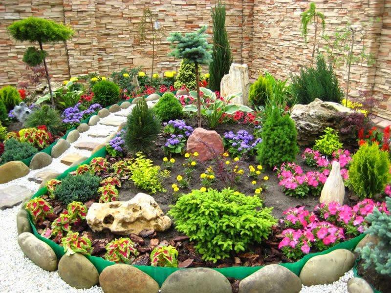 Обязательно комбинируйте цветы, если при оформлении клумб используются многолетние и однолетние растение