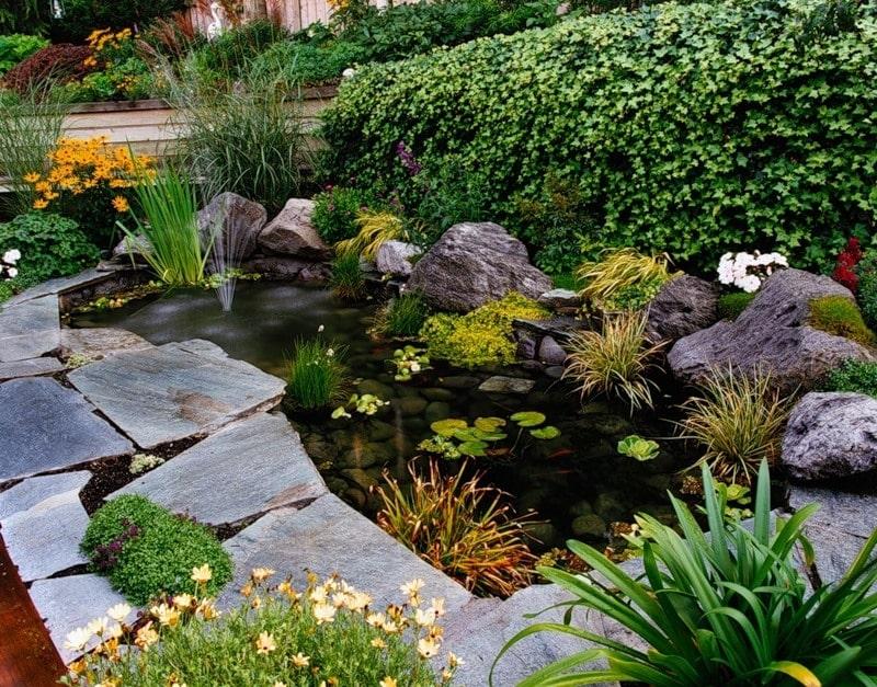 Красивый искусственный водоём из природных материалов станет настоящим украшением для участка