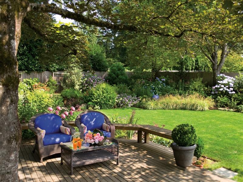 Под кроной лиственного дерева можно обустроить отличное место для отдыха