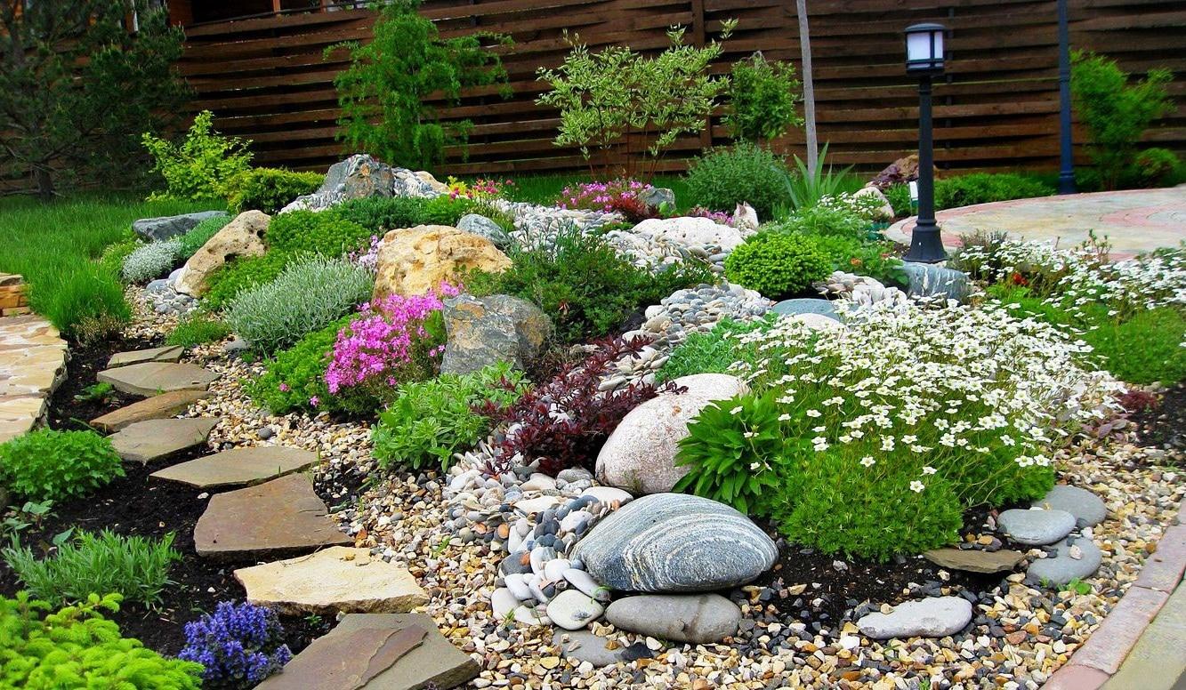 Выбирая для своего участка садовые растения, необходимо принимать во внимание специфические особенности каждого из них, а также их совместимость друг с другом