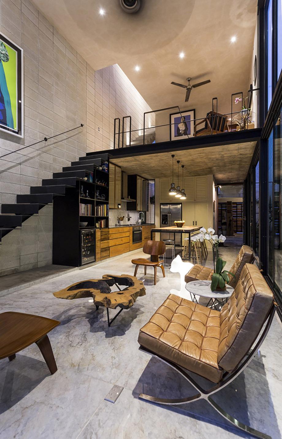 Оригинальная маршевая лестница на второй этаж смотрится необычно и интересно