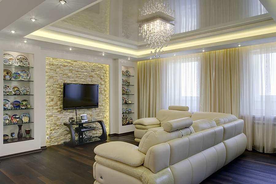 Нарядная люстра из хрусталя органично вписывается в интерьер гостиной