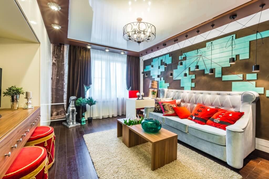 Классический двухуровневый натяжной потолок в необычном и ярком интерьере гостиной