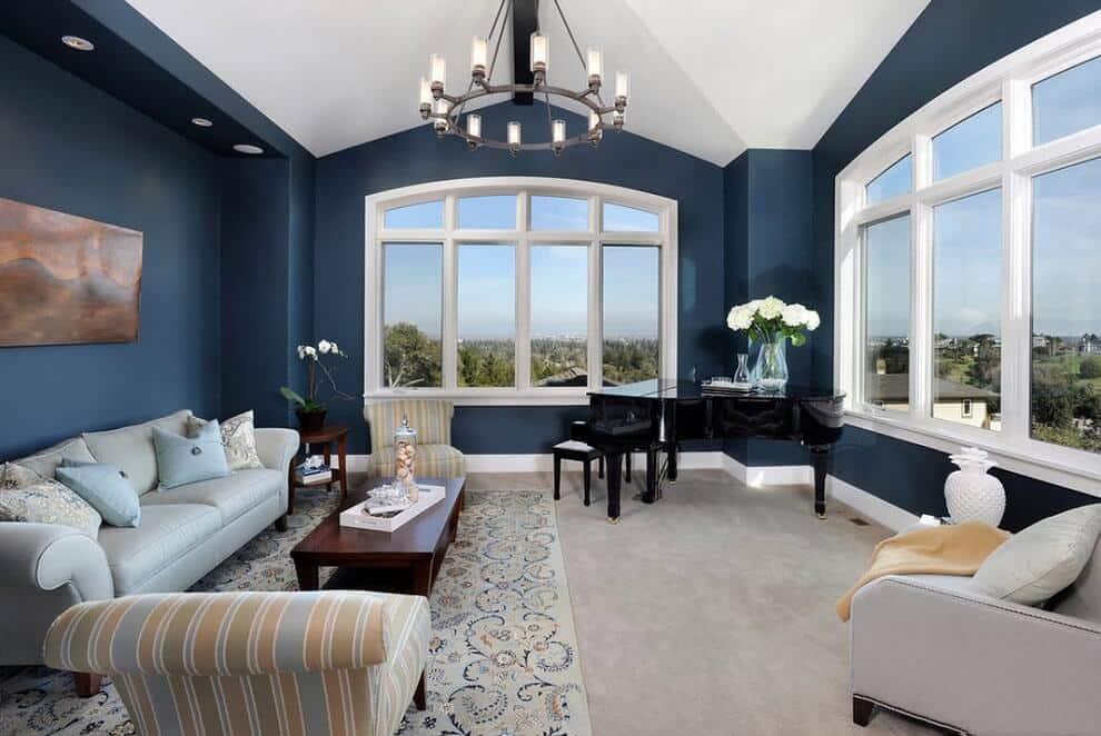 Великолепное сочетание синих стен и белого потолка в интерьере